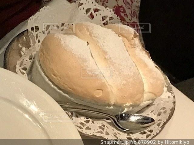 テーブルの上の白い皿の写真・画像素材[878902]
