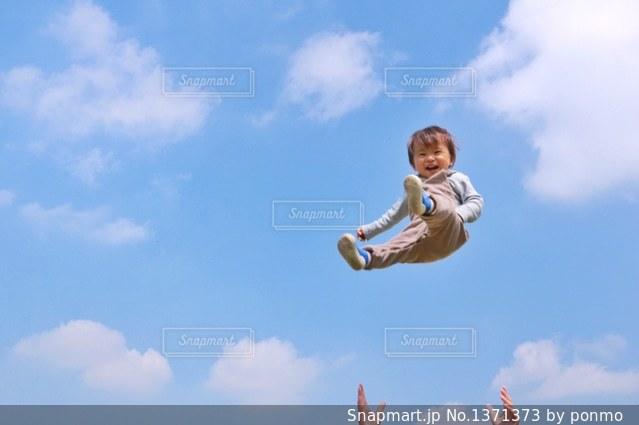 曇りの日に空気を通って飛んで人の写真・画像素材[1371373]