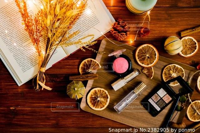 異なる種類の木をトッピングした木製のテーブルの写真・画像素材[2382905]