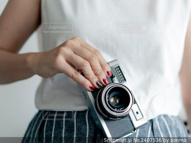 カメラを持っている人の写真・画像素材[2407536]