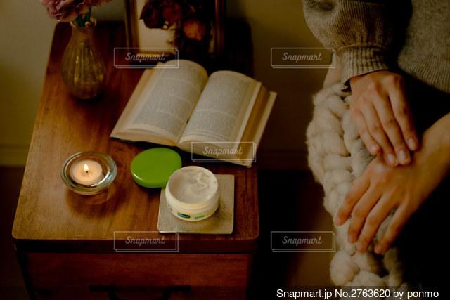 テーブルの上にケーキを持つ人の写真・画像素材[2763620]