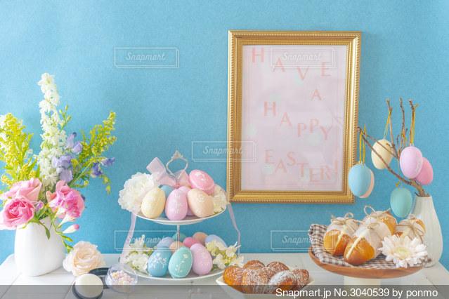 テーブルの上に花の花瓶の写真・画像素材[3040539]
