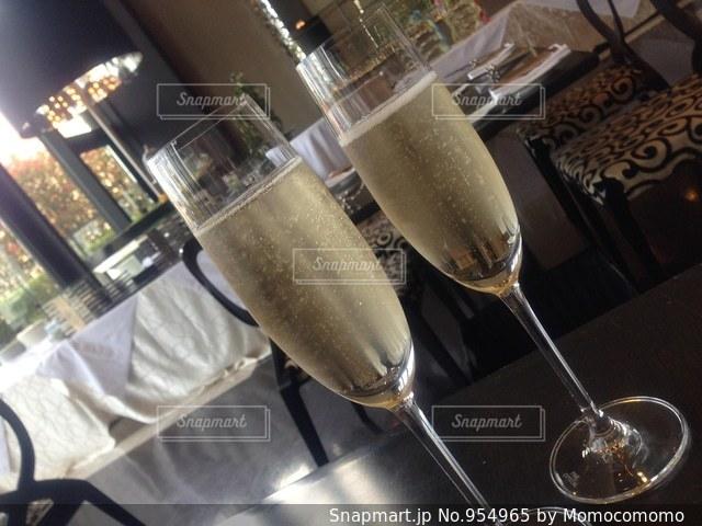 テーブル ワインのグラスの写真・画像素材[954965]