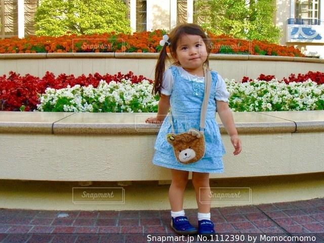 建物の前に立っている女の子の写真・画像素材[1112390]