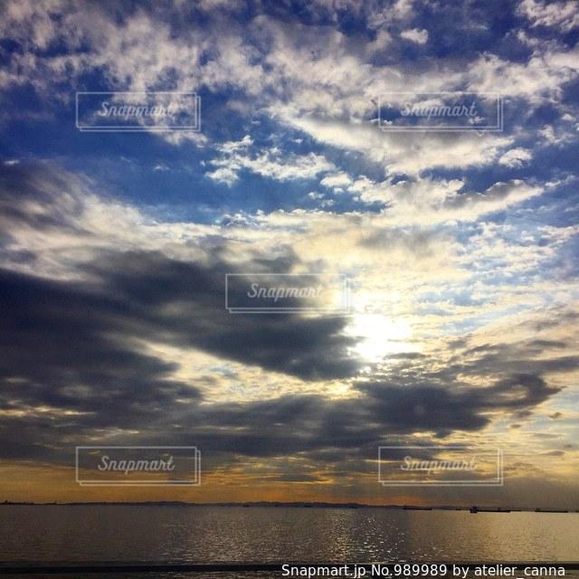 水体の空に雲の写真・画像素材[989989]