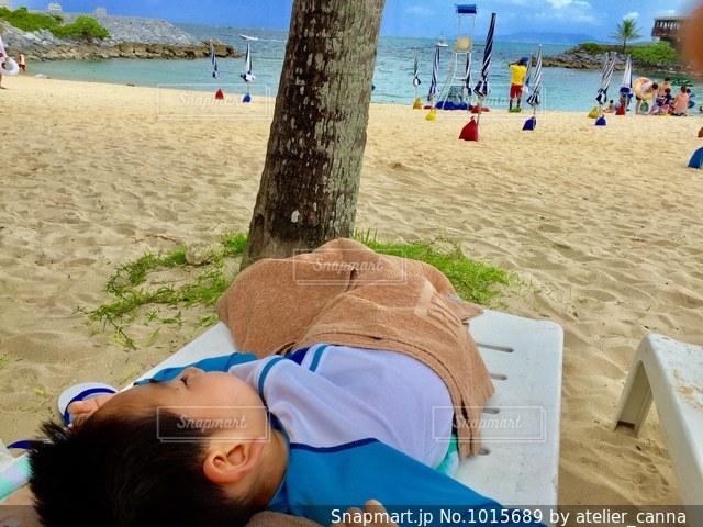 砂浜に座る人の写真・画像素材[1015689]