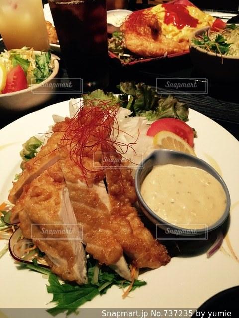 テーブルの上に食べ物のプレート - No.737235
