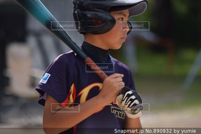 少年野球バットを握るの写真・画像素材[890932]