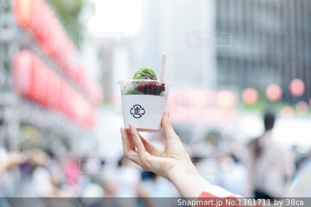 アイス クリーム コーンを持っている手の写真・画像素材[1361711]