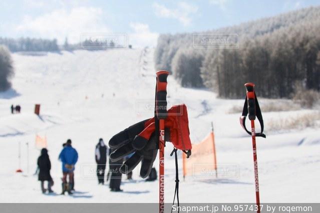 雪に覆われた斜面をスキーに乗っている人のグループ - No.957437