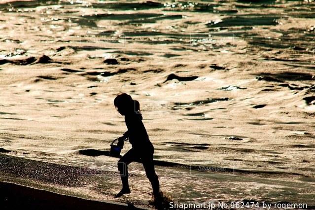 ビーチで遊ぶ少女の写真・画像素材[962474]