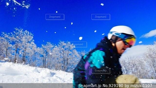 雪をスノーボードに乗る男覆われた斜面の写真・画像素材[929190]