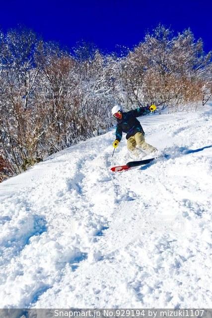 雪をスノーボードに乗る男覆われた斜面 - No.929194