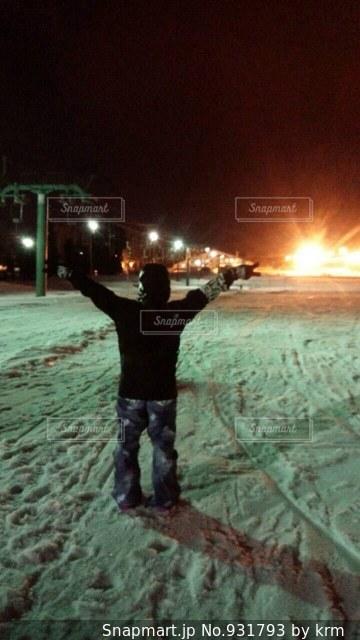 雪に覆われたフィールドに立っている人の写真・画像素材[931793]