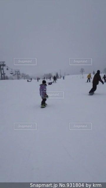 雪に覆われた斜面をスキーに乗っている人のグループ - No.931804