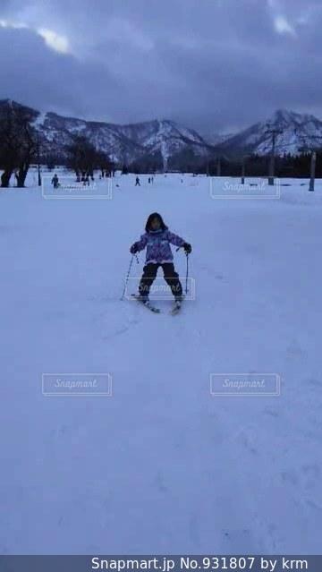 雪に覆われた斜面をスキーに乗っている人のグループ - No.931807