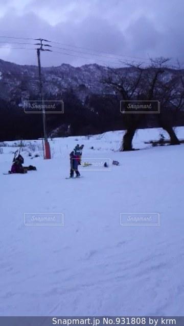雪に覆われた斜面をスキーに乗っている人のグループの写真・画像素材[931808]