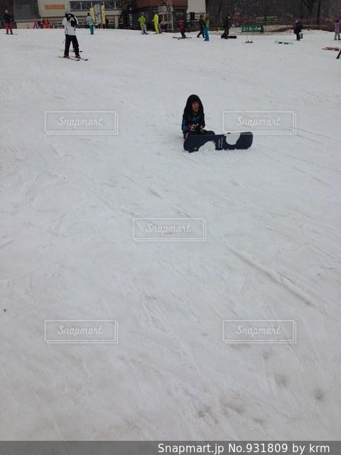 雪の中に立っている人々 のグループの写真・画像素材[931809]