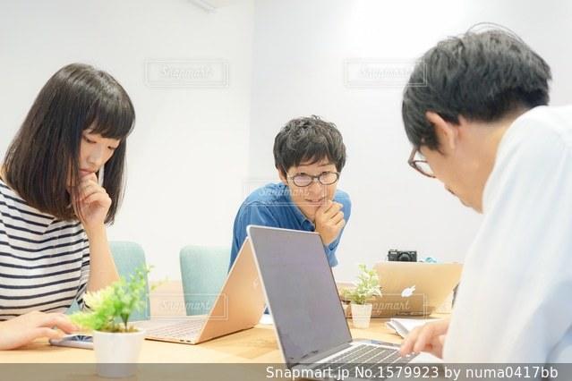 会議室でミーティング風景の写真・画像素材[1579923]