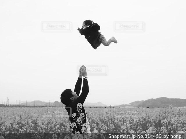 草の上に空気を通って飛んでる子供。の写真・画像素材[814453]