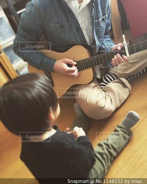 ギターを持っている人の写真・画像素材[1146152]