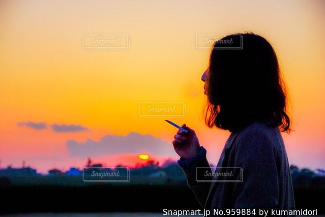 日没の前に立っている男の写真・画像素材[959884]
