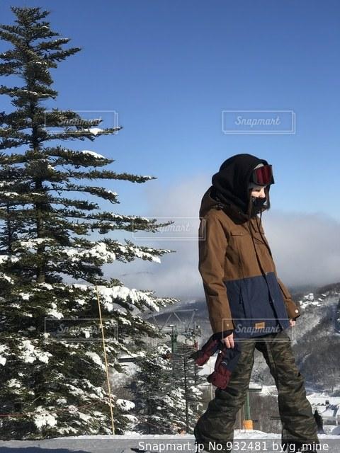 雪に覆われた斜面に立っている人 - No.932481
