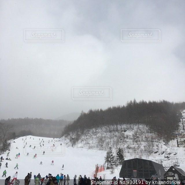 雪の覆われた斜面の上に立って人々 のグループ - No.930191