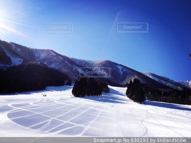 雪をスノーボードに乗る男覆われた斜面の写真・画像素材[930193]