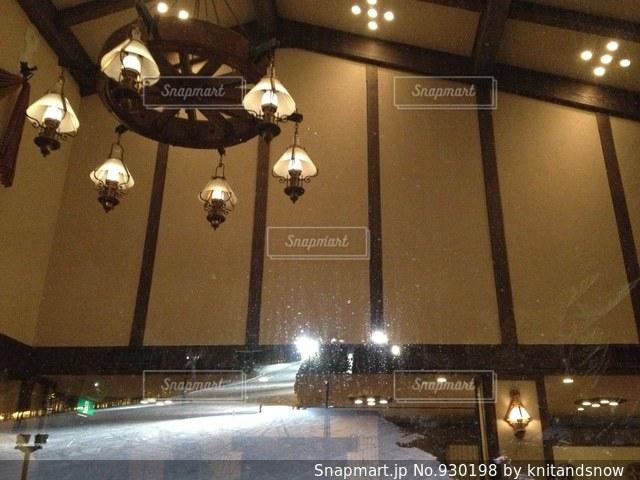 ホテルオニコウベから、ナイターのゲレンデを眺めますの写真・画像素材[930198]