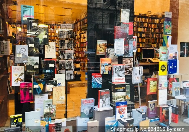 ハンガリー ブダペスト アンドラーシ通りにある本屋さん♪の写真・画像素材[824616]