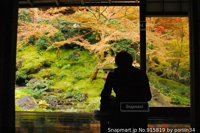 ウィンドウの前に立っている男の写真・画像素材[915819]