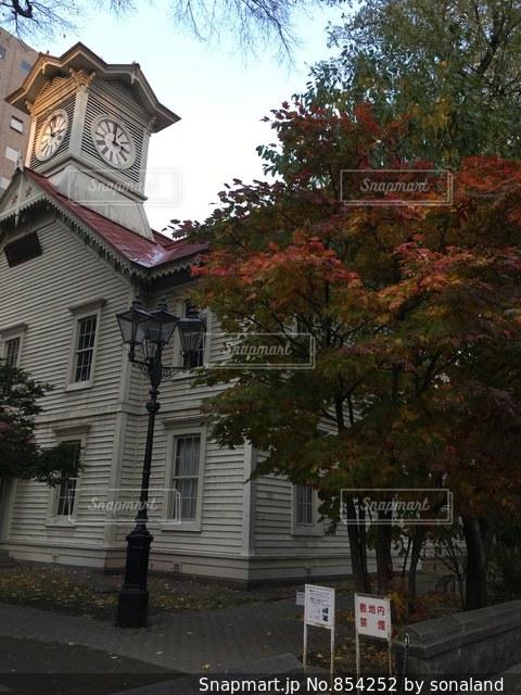 家の前に小さな時計塔の写真・画像素材[854252]