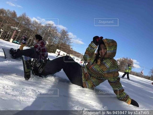 雪をスノーボードに乗る男覆われた斜面の写真・画像素材[945947]