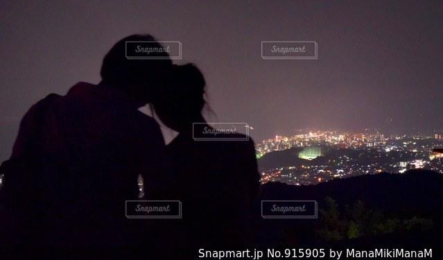 暗闇の中に立っている男の人の写真・画像素材[915905]