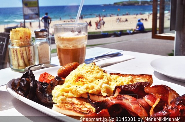 ビーチで朝食の写真・画像素材[1145081]