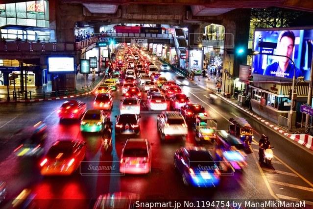 街の通りのビューが大量のトラフィックでいっぱいの写真・画像素材[1194754]