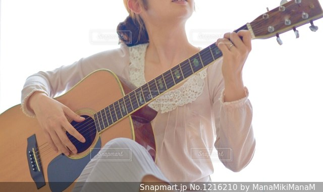 ギターを抱えて女性の写真・画像素材[1216210]