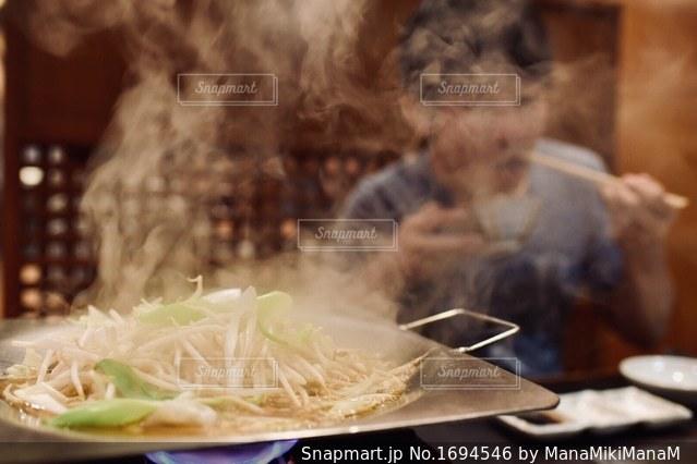 近くのテーブルの上に食べ物をの写真・画像素材[1694546]