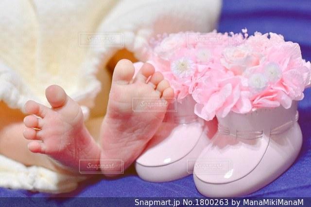 ピンクのケーキを持っている手の写真・画像素材[1800263]