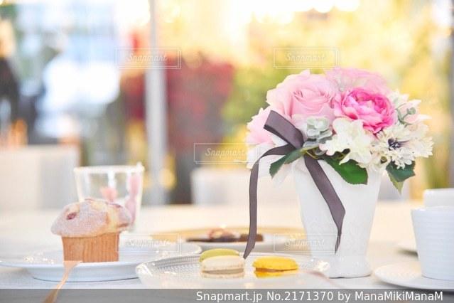 テーブルの上の花の花瓶の写真・画像素材[2171370]