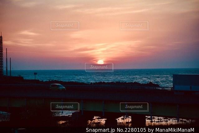 水の体の上の夕日の写真・画像素材[2280105]