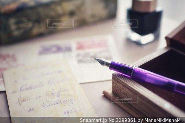 テーブルの上にチラシを積み重ねるの写真・画像素材[2299861]