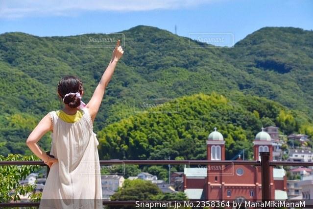 山の上に立っている男の写真・画像素材[2358364]