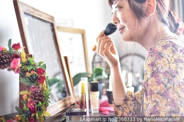 携帯電話で話している女性の写真・画像素材[2380733]