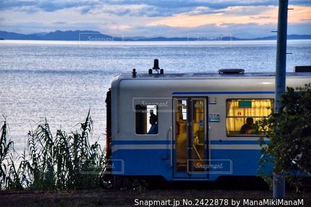 水域の前に駐車した青いバスの写真・画像素材[2422878]