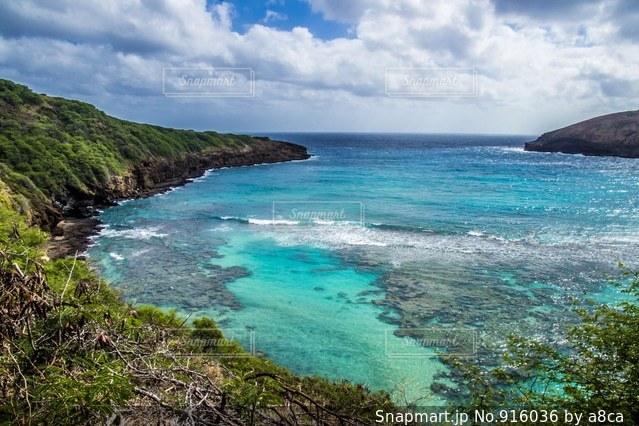 水の体の真ん中に島の写真・画像素材[916036]