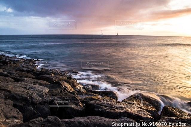 海の横にある岩のビーチ - No.916070