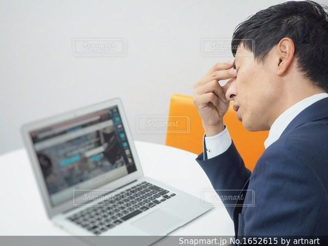 パソコンの作業に疲れた男性の写真・画像素材[1652615]