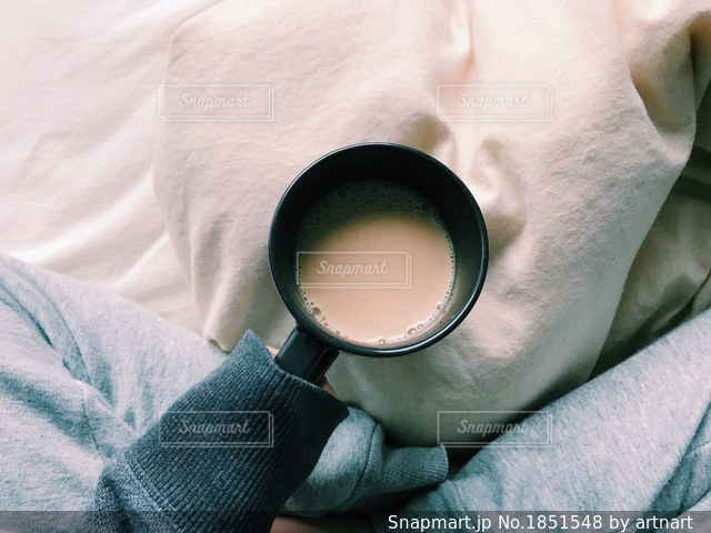 ホットドリンクを飲む朝の写真・画像素材[1851548]